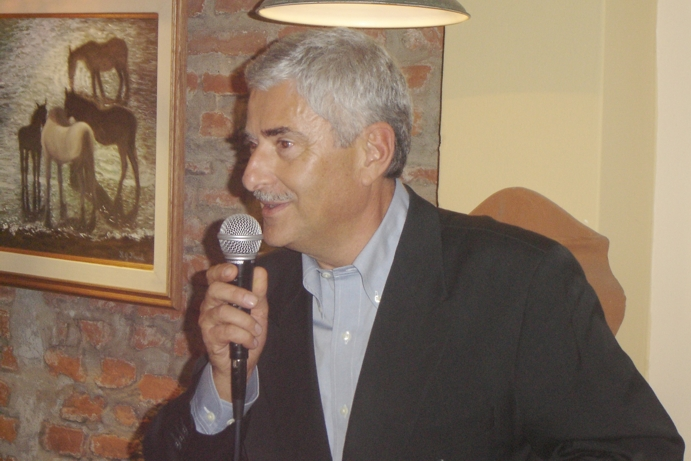 El gringo recién llegado de Italia habla a sus amigos después de 40 años