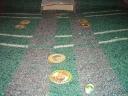 En primer plano el balon (una de las típicas bolitas) y al fondo uno de los arcos