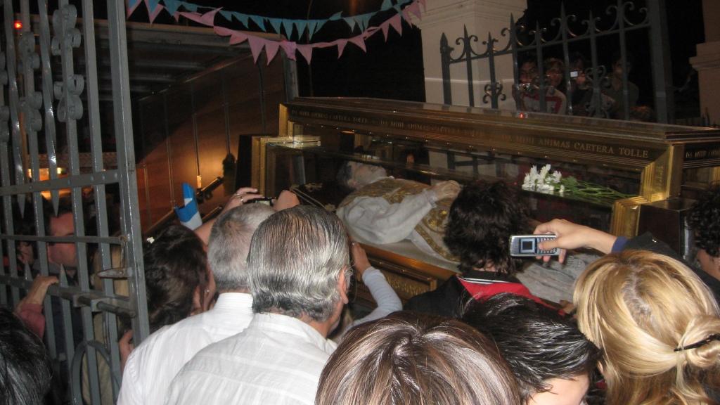 LA URNA DE DON BOSCO TOCA SUELO DE SAN VICENTE, LOS ALUMNOS DEL COLEGIO LUCIAN REMERAS ROJAS Y AZULES. LA MULTITUD DE AGOLPA PARA RECIBIRLO